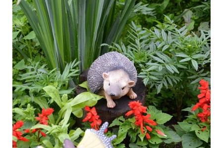 Фигурки животных на садовом участке